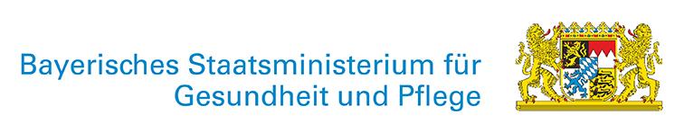 Schriftzug des Bayerisches Staatsministerium für Gesundheit und Pflege mit dem bayerischen Staatswappen gerahmt von zwei Löwen
