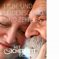 Motiv 4 zeigt einen nachdenklicher, alter Mann der von einer älteren lächelnden Dame gestreichelt wird. Dazu die Worte: Liebe und Leidenschaft sind zeitlos (332 kB, JPG-Datei)