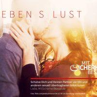 """Das Hauptmotiv zeigt ein sich küssendes Paar im Licht vor Sonnenstrahlen mit der Schrift """"Leben s Lust"""" (wie: Lebenslust oder Leben ist Lust) (362 kB, JPG-Datei)"""