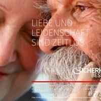 """Postkarten-Motiv: """"Liebe und Leidenschaft sind zeitlos"""" zeigt ein älteres Paar das sich streichelt"""