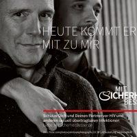 """Motiv 5 zeigt zwei junge Männer, der eine hälte den anderen von hinten im Arm, beide lächeln. Dazu der Gedanke: """"Heute kommt er mit zu mir"""" (391 kB, JPG-Datei)"""