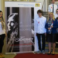 Melanie Huml mit zwei Protagonisten des Fotowettbewerb vor dem Motiv 7