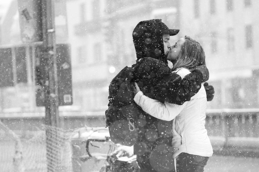 Mit-Sicherheit-Besser-gegen-HIV-STI-AIDS-MSB-WEB-couple-kissing-snow