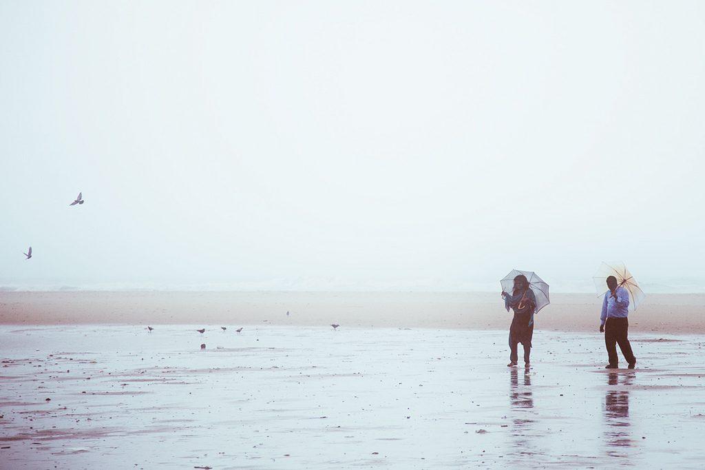 Mit-Sicherheit-Besser-gegen-HIV-STI-AIDS-MSB-WEB-couple-rain-sea