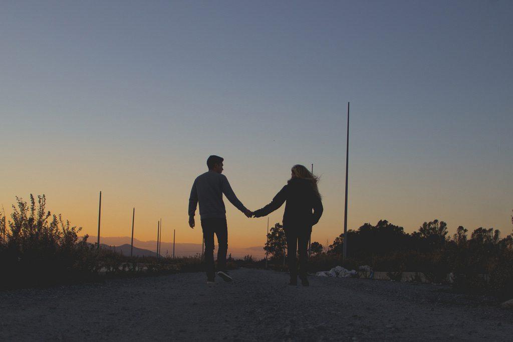 Mit-Sicherheit-Besser-gegen-HIV-STI-AIDS-MSB-WEB-couple-sunset