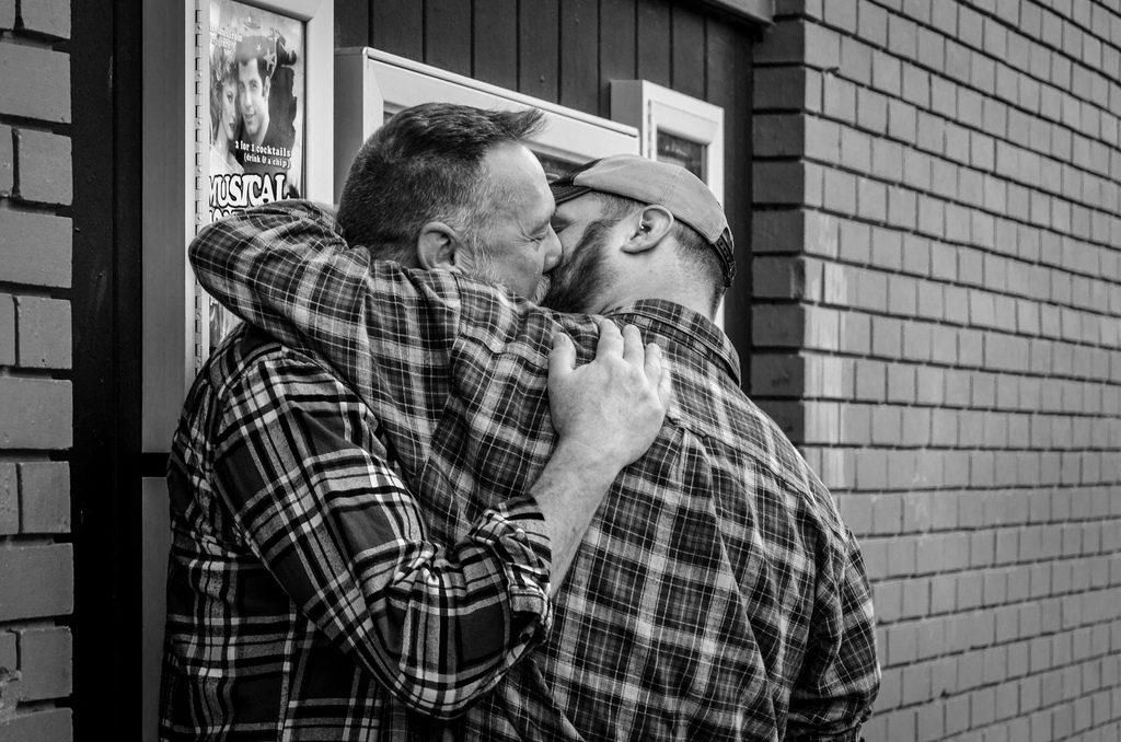 Mit-Sicherheit-Besser-gegen-HIV-STI-AIDS-MSB-WEB-gay-couple-kissing