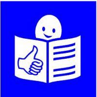 Logo leichte Sprache: Figur ließt in aufgeklapptem Magazin weiß auf blauem Hintergrund