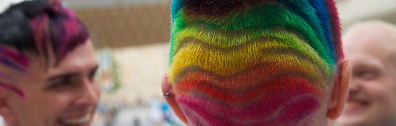 Regenbogenfarben im Haar eines CSD Teilnehmers