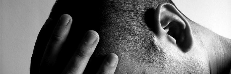 Schwarz-Weiß-Aufnahme eines verzweifelten Mannes