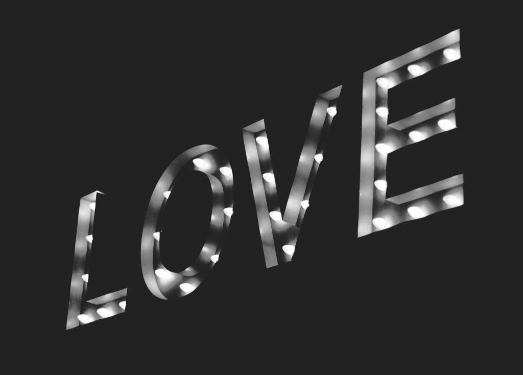 LOVE Schriftzug in schwarz-weiss