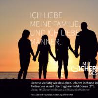 Silhouette einer Familie vor Sonnenuntergang an Strand stehend